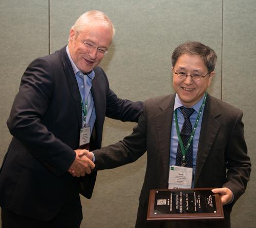 Michael Sharpe congratulating Gen Shinozaki, Dlin/Fischer award, 2018